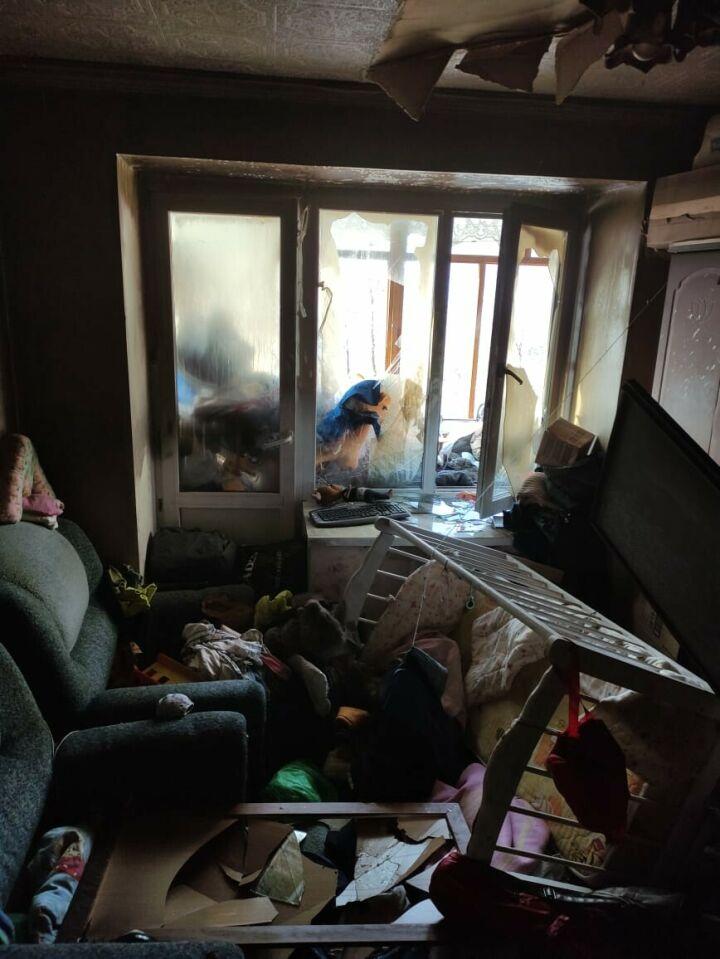 В Казани из горящей квартиры спасли двоих детей, их передали медикам