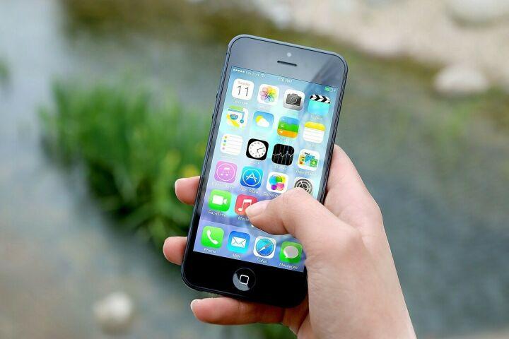 Жителей России предупредили о звонках мошенников со знакомых номеров