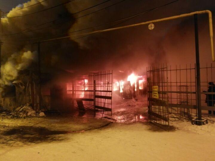 Утром на рынке в Казани сгорел торговый павильон