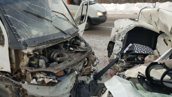 Водитель легковушки вылетела на встречку и погибла в аварии с грузовиком в РТ