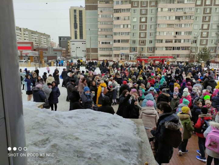 В Казани учеников эвакуировали из лицея из-за сообщения о взрывном устройстве