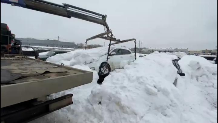 Приставы в Казани забрали со штрафстоянки заваленную снегом машину должницы