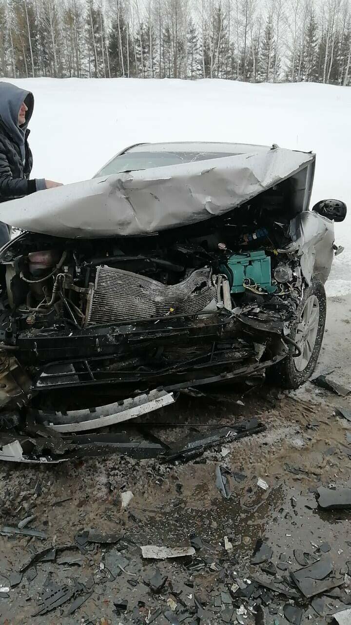 В лобовом столкновении двух легковушек на трассе в РТ погиб один из водителей