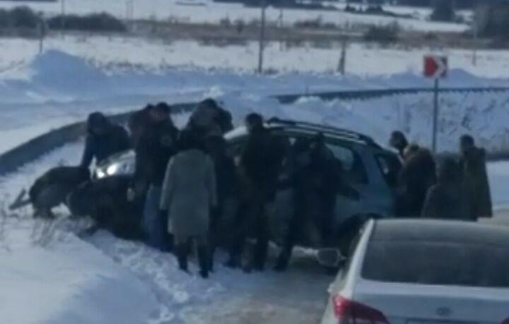 Туристы из Москвы помогли паре вытянуть въехавшее в отбойник авто в Татарстане