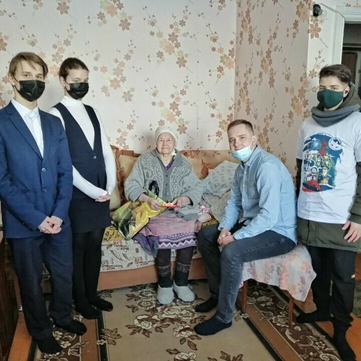 Бугульминские волонтеры поздравили тружениц тыла с 8 Марта
