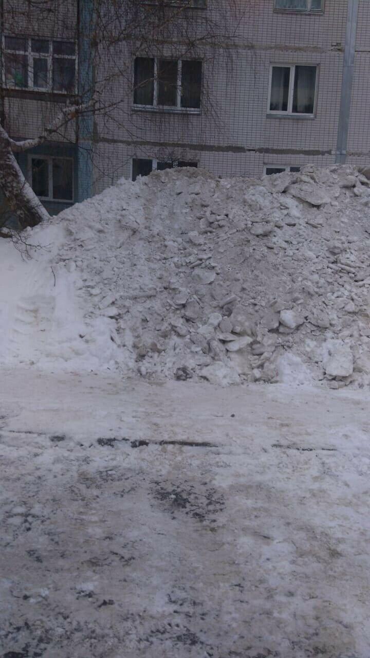 Челнинцы пожаловались на горы снега, закрывающие окна первого этажа дома