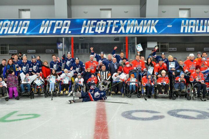 Хоккеисты «Нефтехимика» приняли участие в благотворительном матче в Нижнекамске