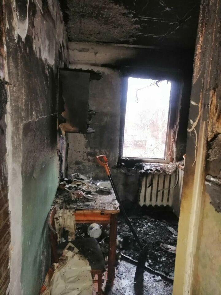 В пятиэтажке в Челнах загорелась кухня, хозяин надышался дымом и попал в больницу