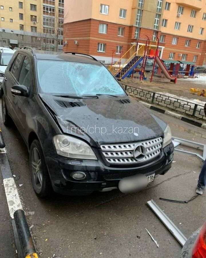 В Казани очевидцы сняли на видео, как балконная рама упала с 9 этажа на Mercedes