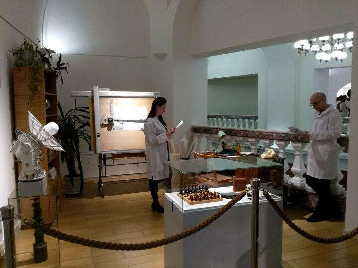 Дочь академика Глушко подарила Нацмузею РТ шахматы и трубку конструктора Королева