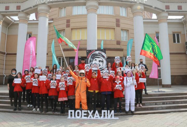 Аниматор в скафандре Гагарина поздравил 2 тыс. альметьевцев на улицах города