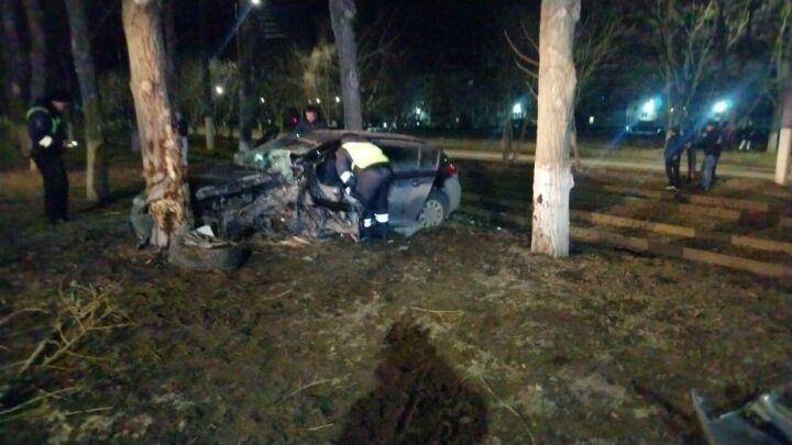 Женщина-водитель разбила голову, влетев на скорости в дерево в Нижнекамске