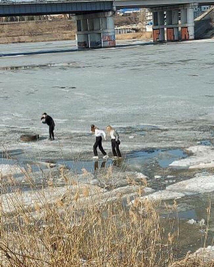 В Челнах спасли девочку-подростка, которая провалилась под лед