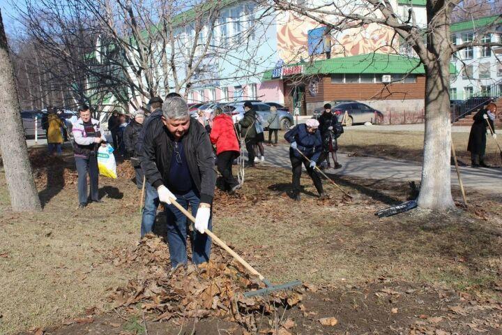 Мэр Зеленодольска вышел на средник и убрался на центральной улице города