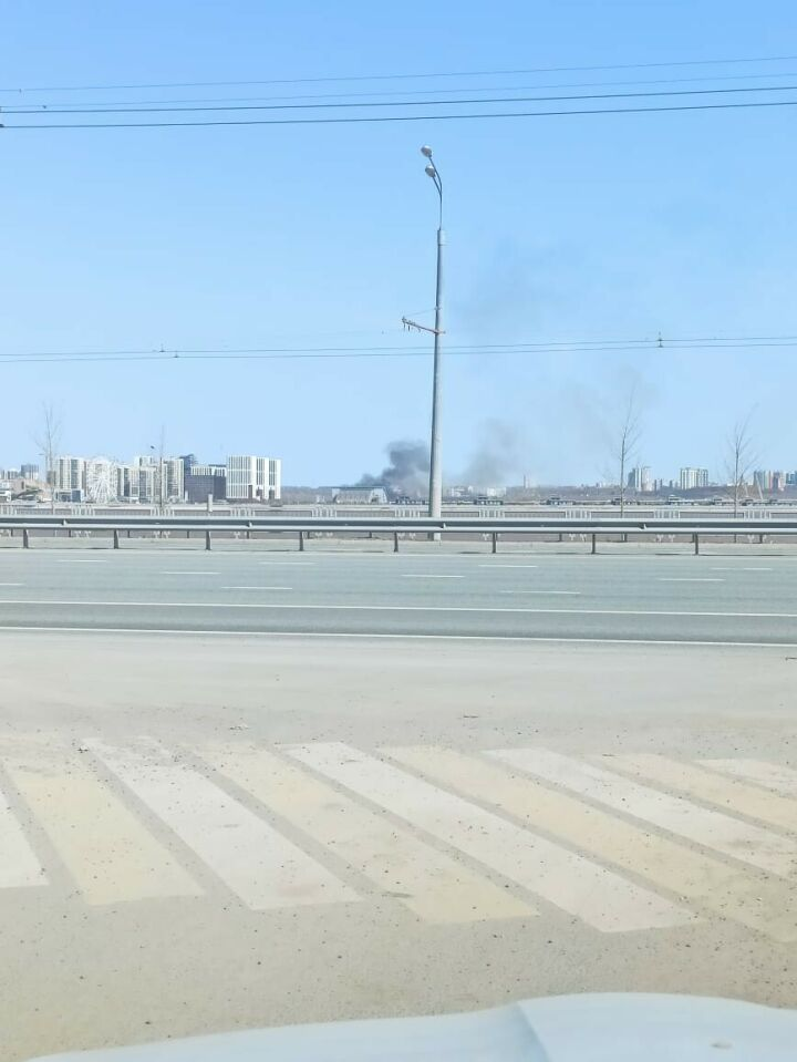 В Казани у двух дачных поселков горит сухая трава