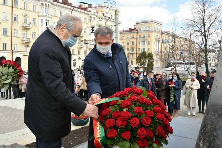 Минниханов и Шаймиев возложили цветы к памятнику Тукая в Казани в день рождения поэта