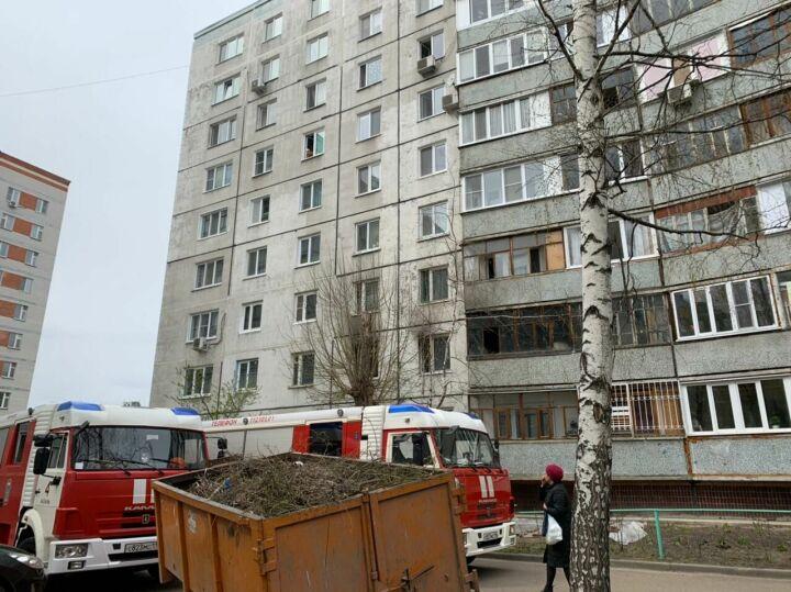 В Казани из горящего дома эвакуируют жильцов