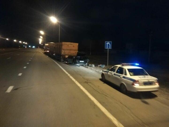 Водитель легковушки погиб, влетев на скорости под грузовик на трассе в РТ