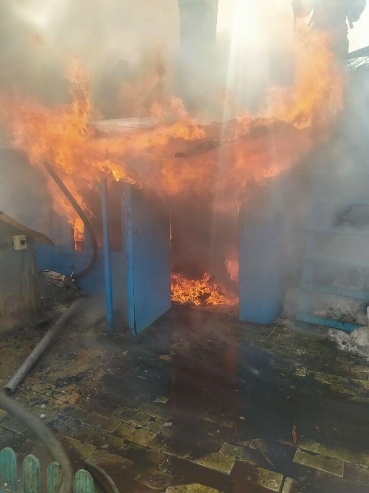 Чтобы потушить горящий дом в казанском поселке, пожарным пришлось подвозить воду