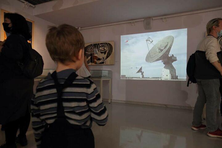 Ко Дню космонавтики Музей ИЗО РТ выставил астрофото и картины татарского Бэнкси