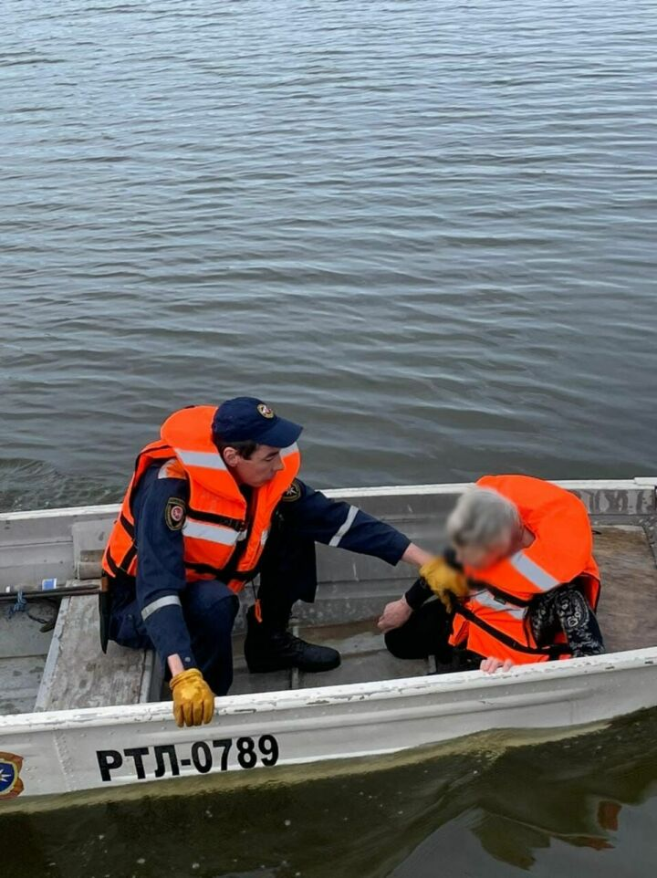 В Казани спасли пожилую женщину, которая упала с моста в реку