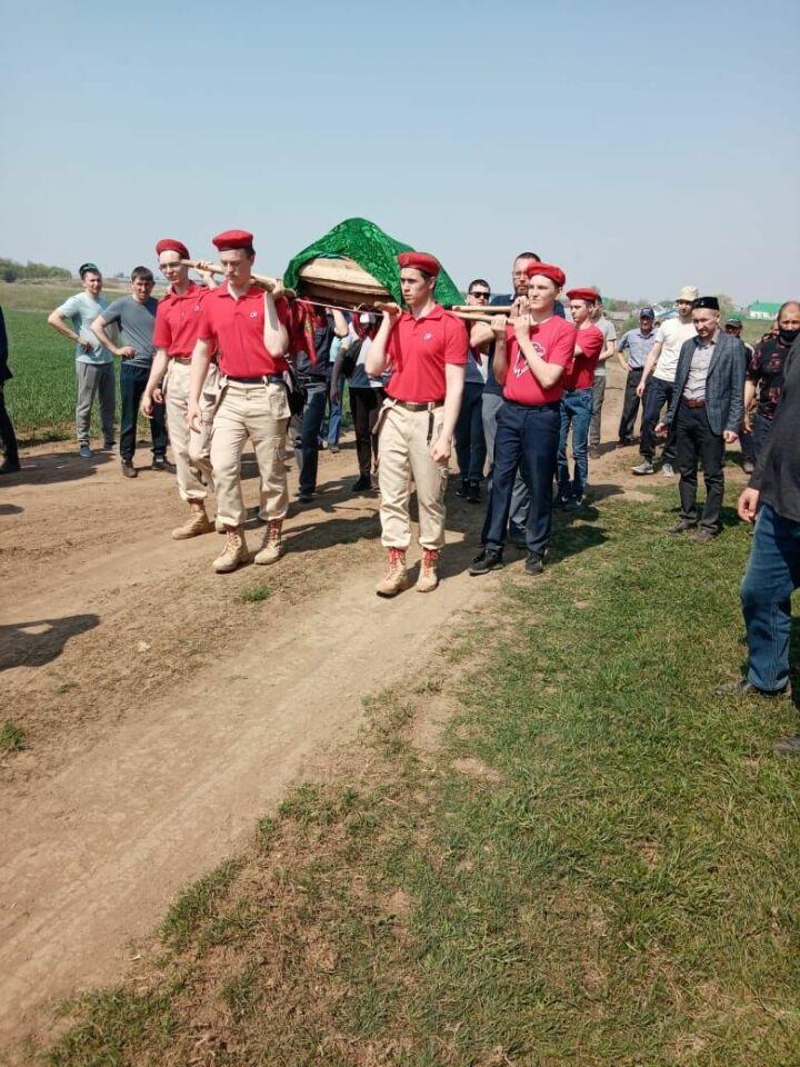 В Рыбно-Слободском районе Татарстана проходят похороны погибшей в казанской школе ученицы