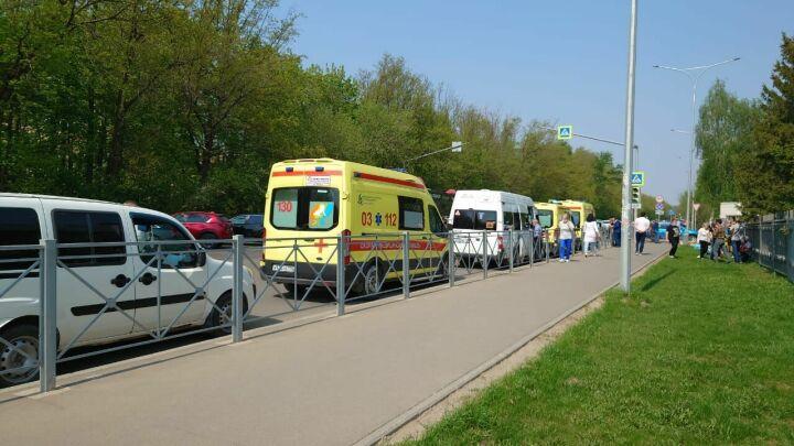 Кареты скорой с пострадавшими в казанской школе детьми выехали на самолет в Москву