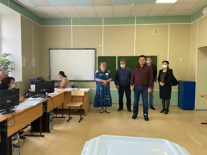 Глава Елабужского района посетил местные счетные участки для праймериз «Единой России»