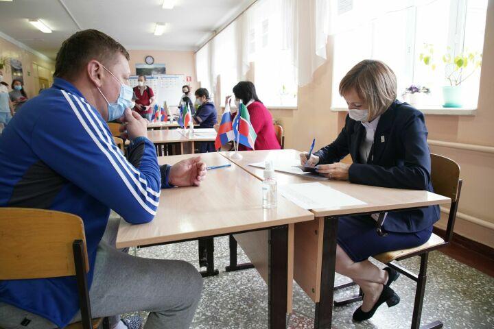С соблюдением мер безопасности: в РТ заработали участки для праймериз «Единой России»