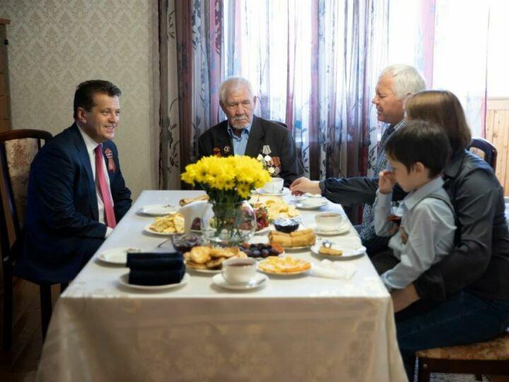 Ильсур Метшин посетил 97-летнего казанца, участвовавшего в обороне Сталинграда