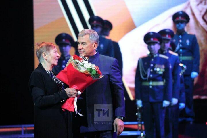 Минниханов вручил награды погибших героев Великой Отечественной войны их родственникам