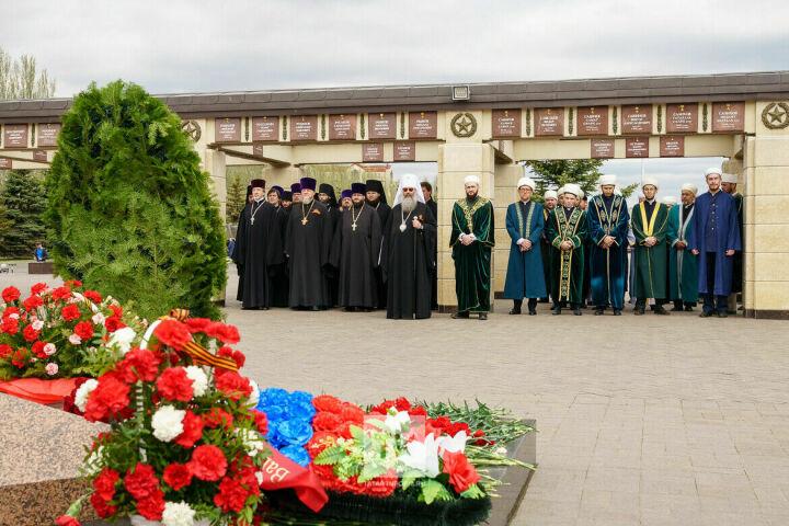 Муфтий и митрополит Татарстана возложили цветы к мемориалу Славы в Казани