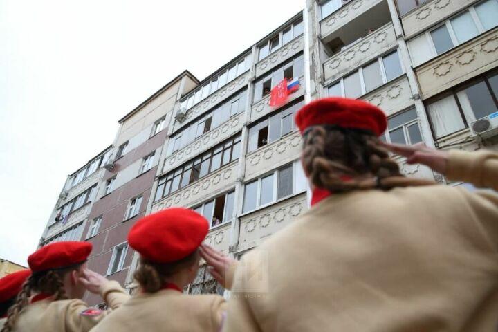 Во дворах участников Великой Отечественной в Казани прошел «Парад у дома ветерана»