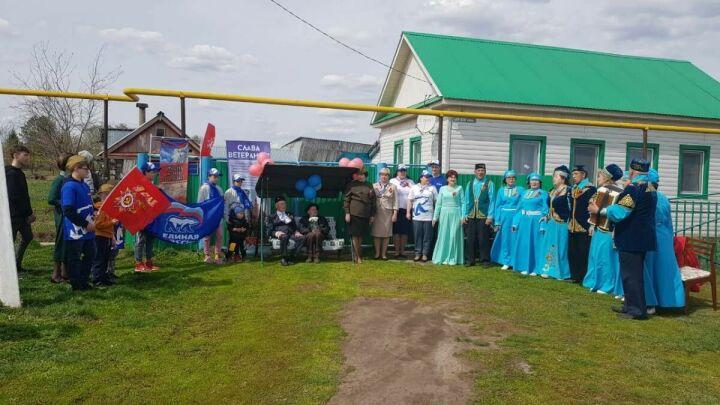 В Тукаевском районе Татарстана для двух ветеранов провели парад и концерт