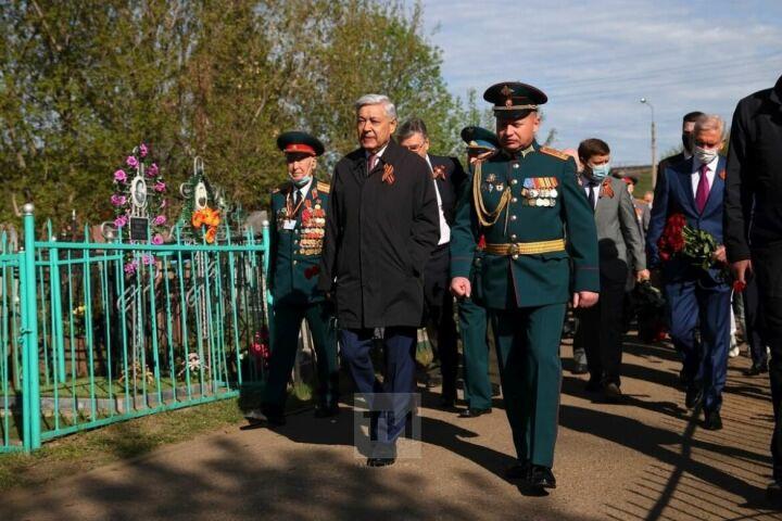 Мухаметшин возложил цветы к памятникам павшим воинам на Архангельском кладбище в Казани