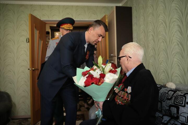 Дамир Фаттахов и мэр Бугульмы лично поздравили двоих ветеранов
