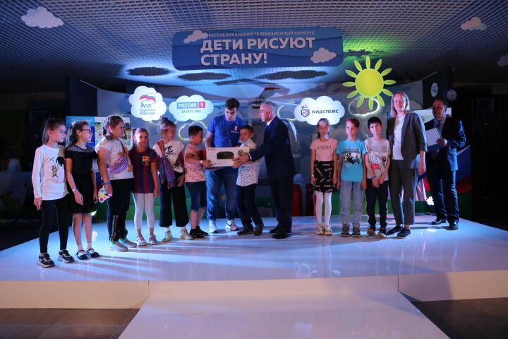 В Казани в 15-й раз прошло награждение победителей конкурса «Дети рисуют страну»
