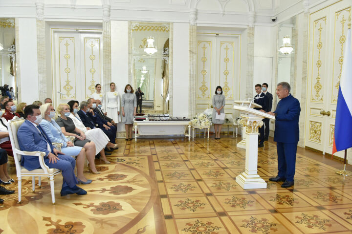 Минниханов наградил отличившихся медиков и сотрудников Роспотребнадзора