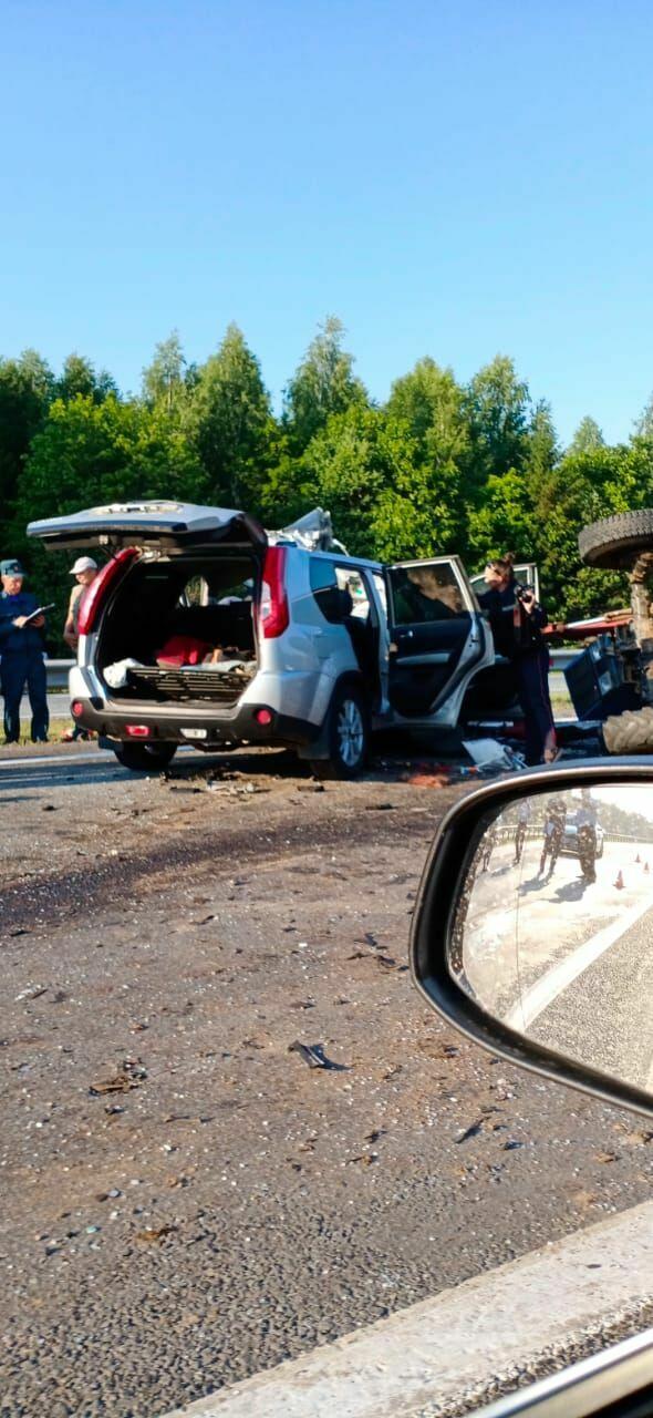 На трассе М7 под Челнами внедорожник снес трактор, три человека погибли