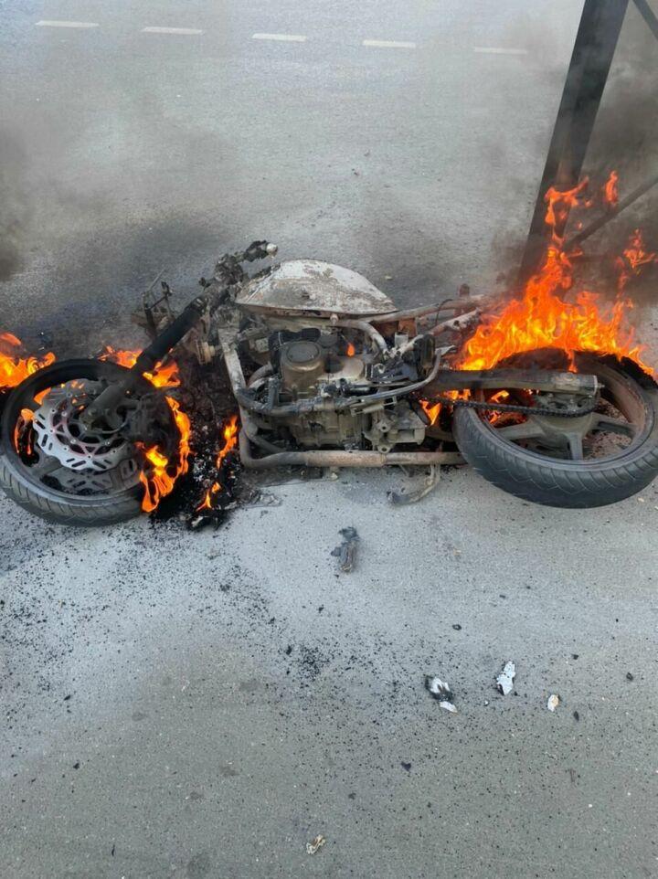Рано утром в Казани байкер влетел в бордюр, после чего мотоцикл загорелся