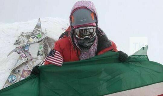 Татарская певица из Америки Иделия Марс поднялась с флагом Татарстана на Эльбрус