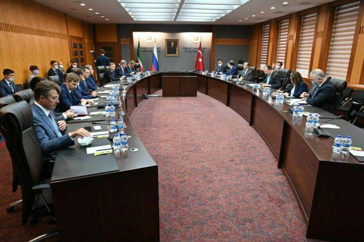 Минниханов обсудил вопросы сотрудничества и инвестиций с министром торговли Турции