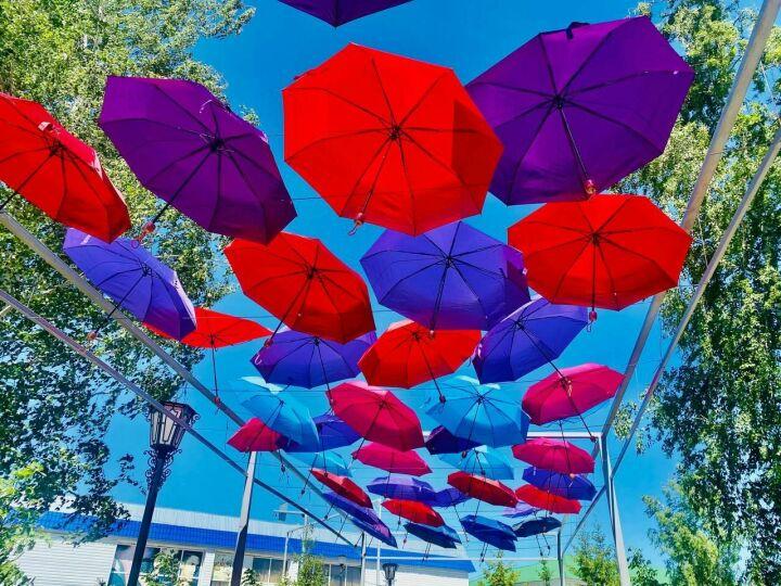 ВМенделеевске открылась обновленная «Аллея парящих зонтиков»