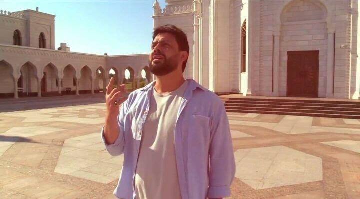 Заслуженный артист Дагестана снял клип на фоне Белой мечети в Болгаре