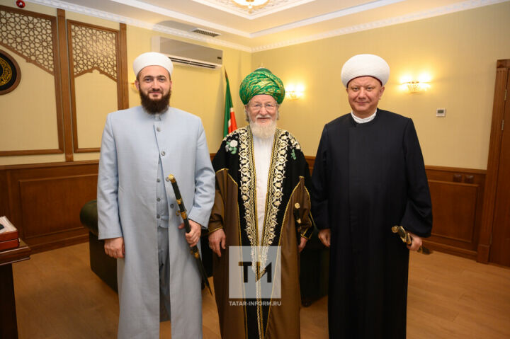 Муфтий РТ подарил Верховному муфтию РФ и муфтию Москвы татарские сабли