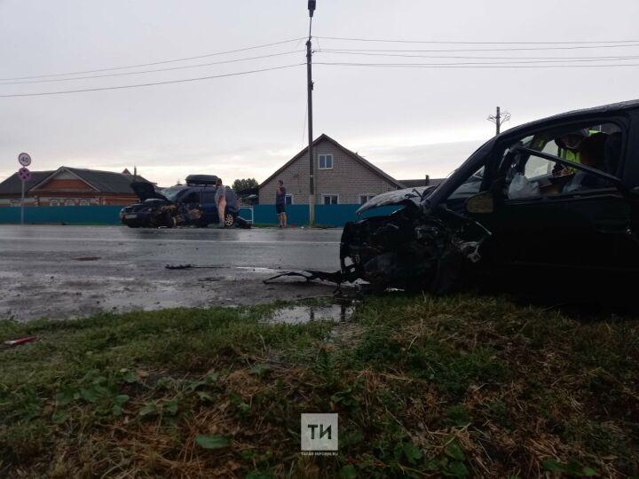 Четыре человека  пострадали в ДТП с такси и легковушкой в Альметьевском районе РТ