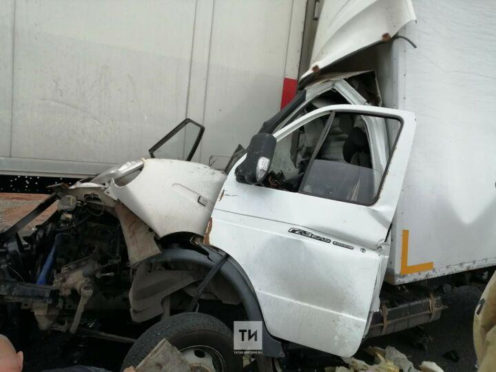 Водитель «ГАЗели» из Самары пострадал, влетев на трассе в РТ под фуру из Екатеринбурга