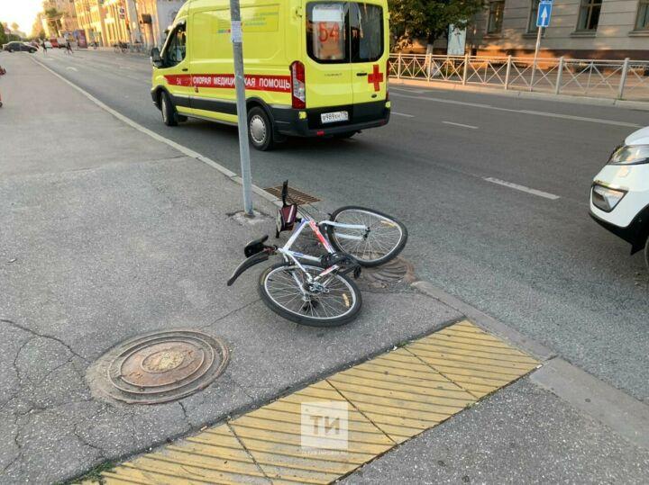 Легковушка сбила велосипедиста, который вылетел на зебру в центре Казани