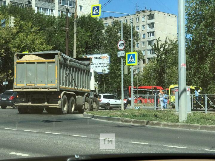 Пожилая женщина получила тяжелый перелом ноги под колесами самосвала в Казани