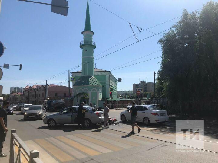 В центре Казани легковушка не уступила дорогу и сбила байкера